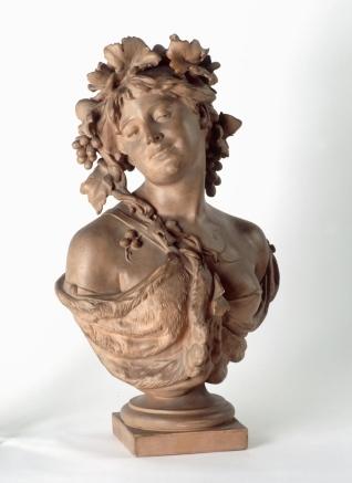 Mujer coronada con racimos de uvas